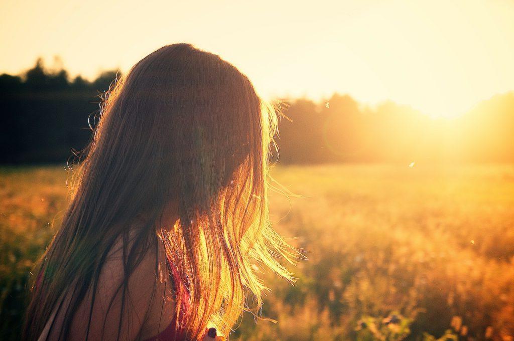 καλοκαιρινά μαλλιά στον ήλιο