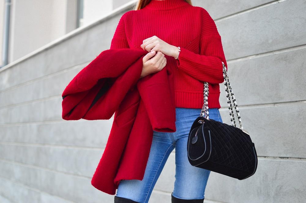 Οι σχεδιαστές μόδας γνωρίζουν ότι το κόκκινο τραβάει την προσοχή και είναι  κάτι που μπορεί να απογειώσει το βραδινό και πρωινό look. 7bf6ac0ab76