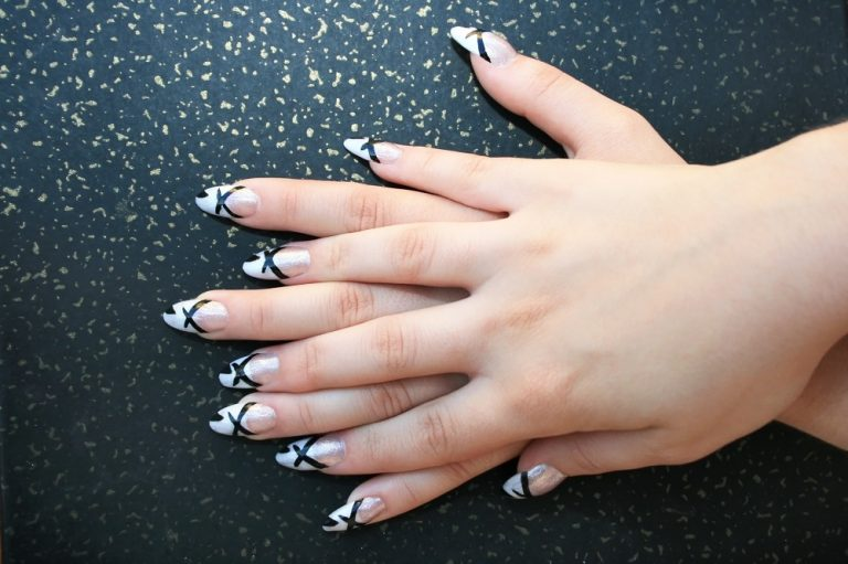 νύχια με γραμμές