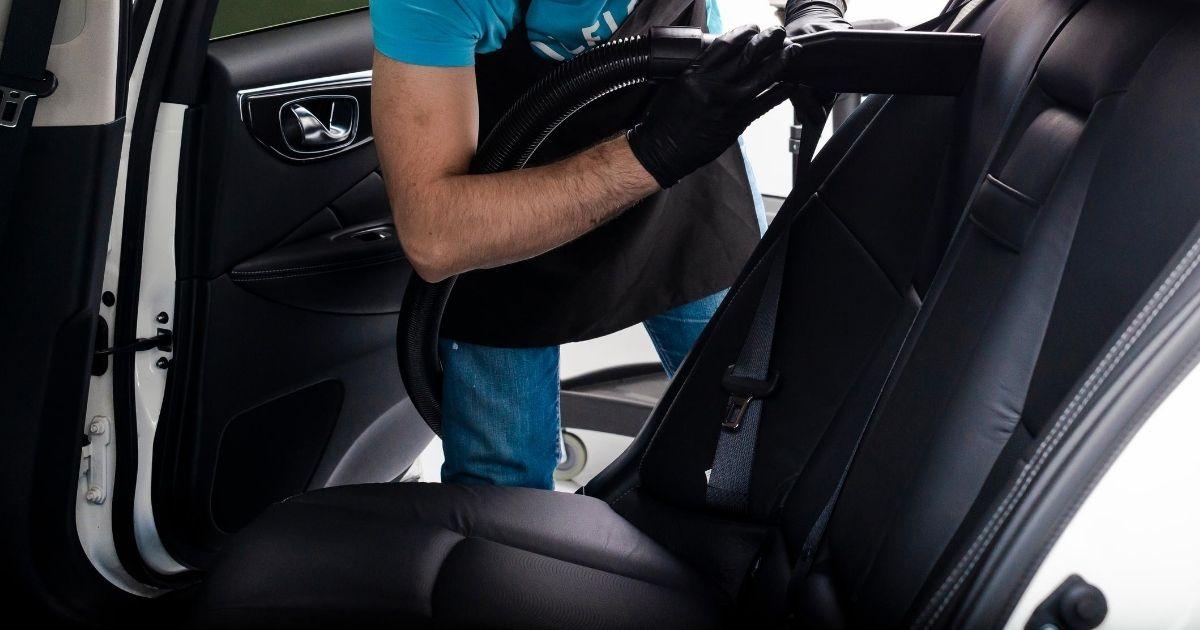καθαρισμός αυτοκινήτου με σκούπα
