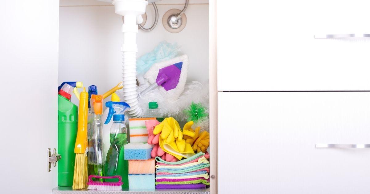 Καθαρισμός ντουλαπιών κουζίνας