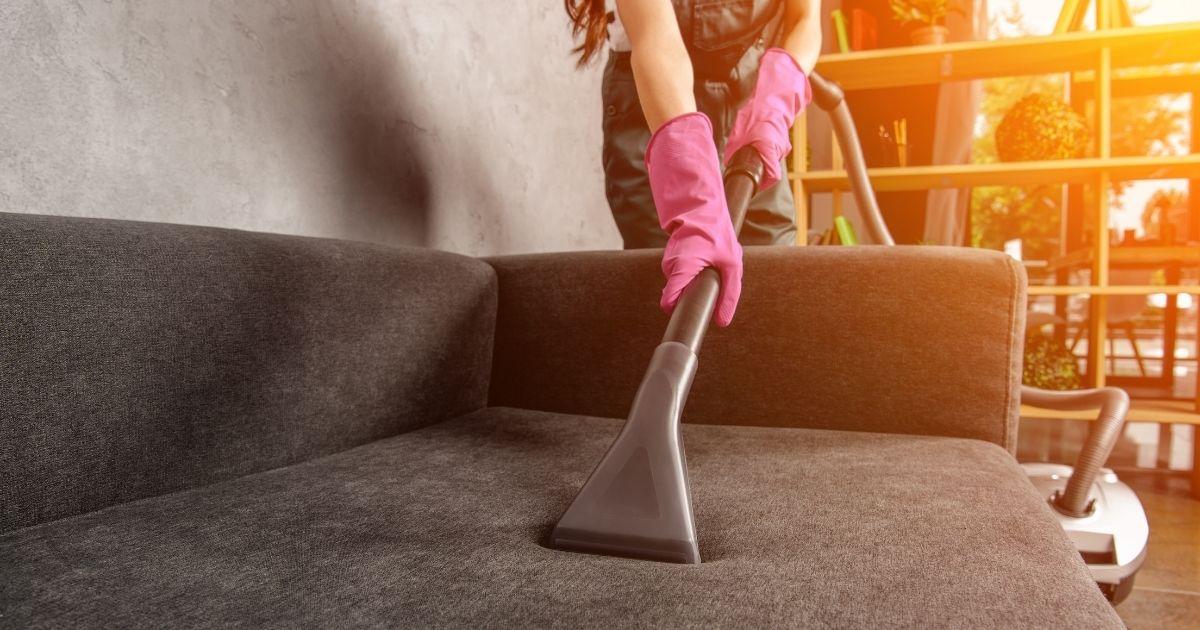 Καθαρισμός καναπέ με ηλεκτρική σκούπα