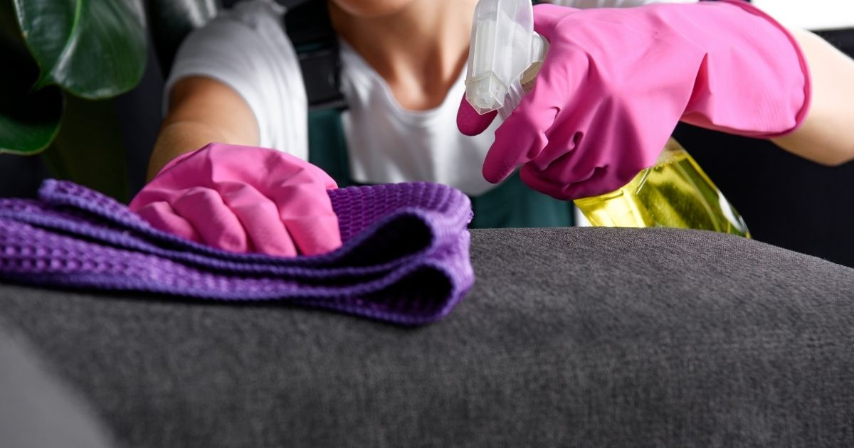 Καθαρισμός καναπέ και δύσκολος λεκές