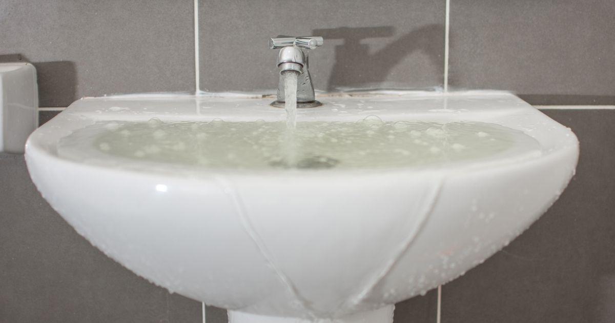 Αργή αποστράγγιση νερού σε νιπτήρα